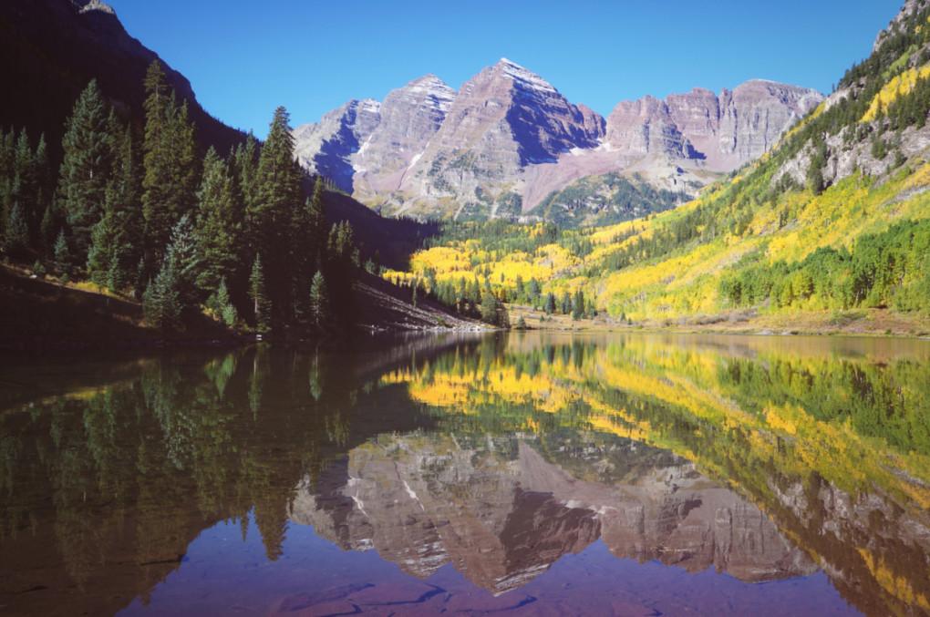 Rocky-Mountains-tura-v-Colorade-odraz-v-jazere