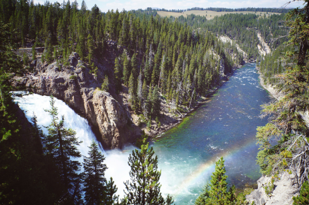 Yellowstonsky-narodny-park-usa-vodopad